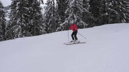 sporty zimowe : Beginner Skier Carefully Skiing Down The Slope On Skis In The Mountain Resort