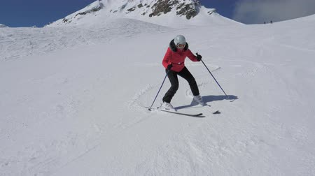 hegyoldalban : Beginner Skier Woman Turns Right And Left On Ski Slope And Hardly Did Not Fall