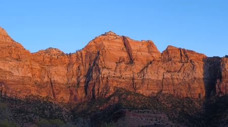 pináculo : The Zion Park At Sunset With Red Rocks A View From The Car
