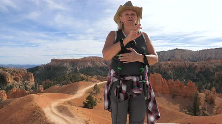 respiração : A Woman Takes A Breath And Fixes Her Hair On A Short Respite In The Bryce Canyon