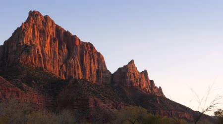 fennsík : A Red Rocks Of The Zion Park Are Bathed In Sun At Sunset