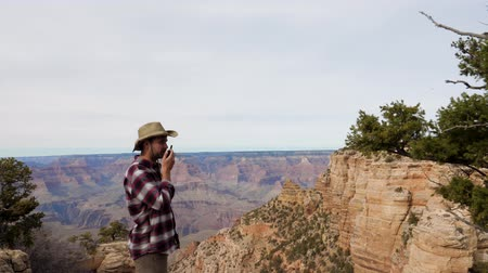 vysílač : Man Tourist Talking On The Radio Traveling The Grand Canyon