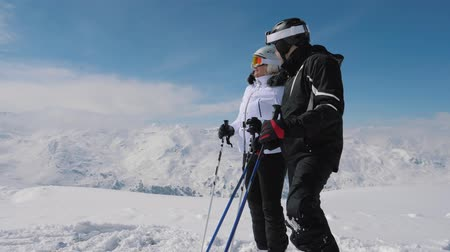 keşif : Skiers Saw Interesting In The Mountain Valley And Show Each Other