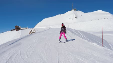 hegyoldalban : Beginner Skier Woman Carefully And Slowing Skiing Down On Ski Slope In Mountain