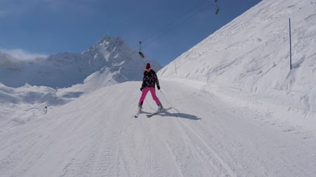 hegyoldalban : Skier Woman Slowly Skiing Down On Ski Slope In Mountain
