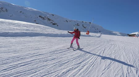 hegyoldalban : Beginner Skier Skiing Down The Mountain Slope And Learns To Turn Skis