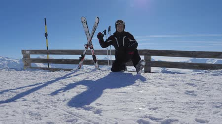 taça : Smiling Happy Skier On The Mountain Showing OK Gesture Thumb Up And Raises Arms