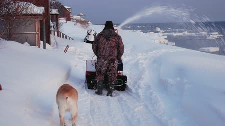 chodník : Man Cleans The Snow Machine Road From Snow In The Winter Dostupné videozáznamy