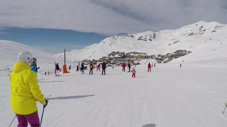 шале : Val Thorens, France-March 22,2018: Many Skiers Skiing Down The Mountainside