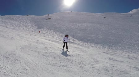 tampado : Active Skier Fast Skiing Down The Hill Spray Snow Powder On Turns Vídeos