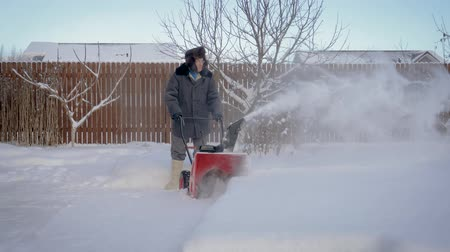 arado : Man Cleans The Snow After A Snowfall Walkway At Home Snow Plow