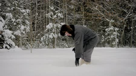 лопата : Man In Winter After Snowfall Shovel Cleans Path Of Snow On Background Of Forest