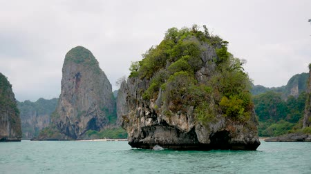 известняк : Small Round Tropical Island With Limestone Cliffs And Turquoise Waters Of Sea