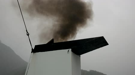 emissão : Out Of The Ship Pipe Releases Black Smoke Into The Air And Pollution It