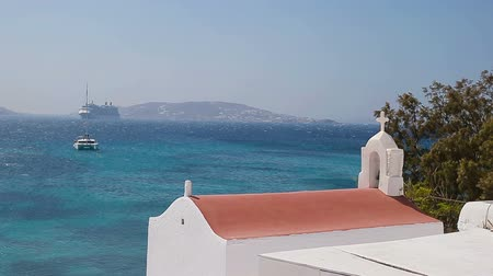 cor de malva : Beautiful details of greek island - typical house with white walls, pink flowers and blue sea in Greece