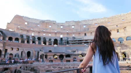 円形競​​技場 : Young female tourist looking at the Colosseum inside in Rome, Italy. The Colosseum is the main tourist attractions of Rome. 動画素材
