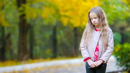 wrzesień : Portrait of sad little girl