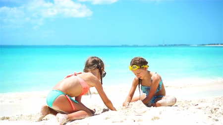 areias : Happy little girls playing with beach toys during tropical vacation