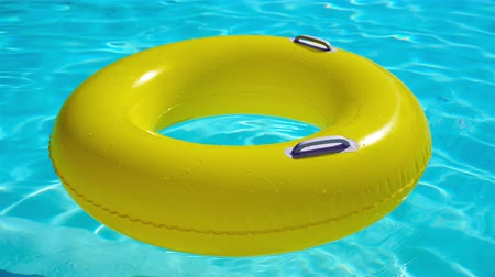 inflável : Swimming pool with a brightly yellow inflatable ring Vídeos
