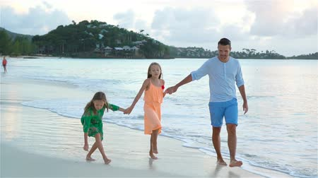 sekély : Father and kids enjoying beach summer tropical vacation. SLOW MOTION
