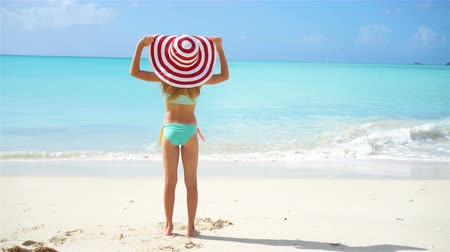 tropikal iklim : Cute little girl in hat at beach during caribbean vacation