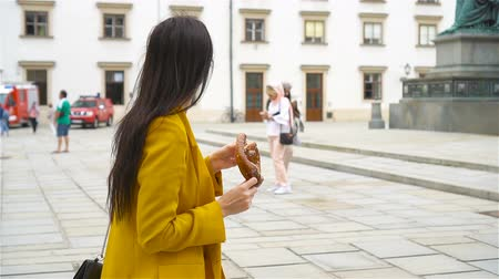 fotografando : Woman walking in city. Young attractive tourist outdoors in italian city