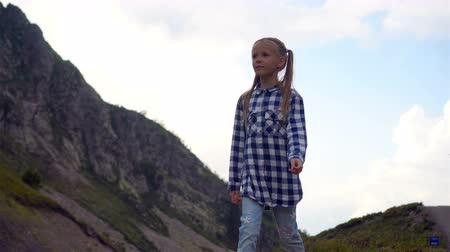 mírumilovnost : Beautiful happy little girl in mountains in the background of fog Dostupné videozáznamy