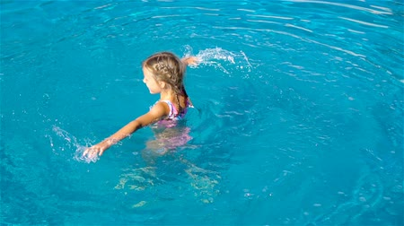 basen : Adorable little girl in outdoor swimming pool Wideo