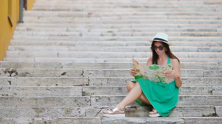 triton : Tourist girl looking at touristic citymap in Rome, Italy. Happy girl enjoy italian vacation holiday in Europe. Stock Footage