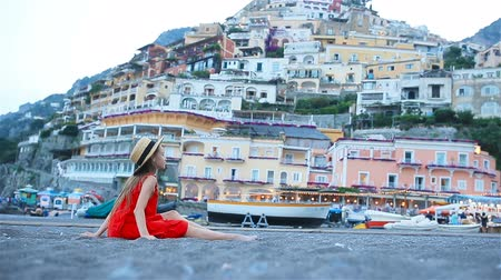 costiera amalfitana : Adorable little girl on warm summer day in Positano town in Italy Filmati Stock