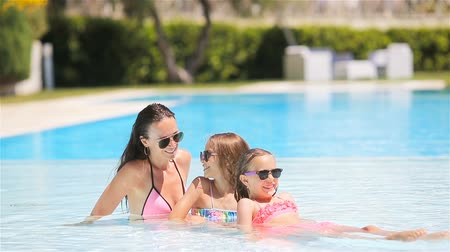 日光浴 : Mother and two kids enjoying summer vacation in luxury swimming pool