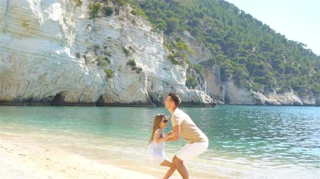 riso : Happy father and his adorable little daughter at beach Vídeos