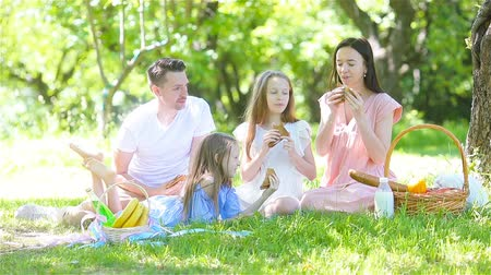 croissants : Happy family on a picnic in the park on a sunny day