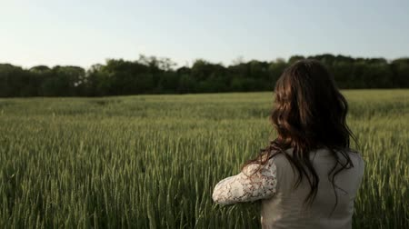 asal : Girl goes through the field HD