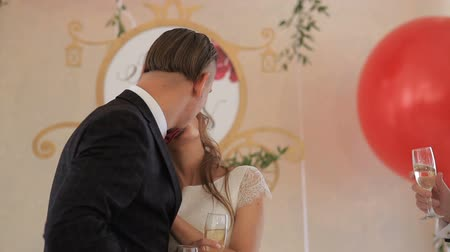 искренний : bride and groom kiss. Wedding day Стоковые видеозаписи