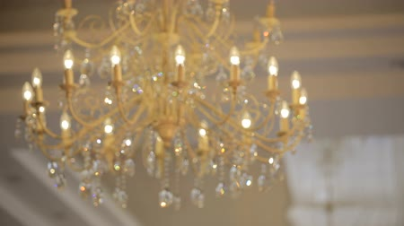 requintado : Luxury large crystal chandelier hanging. Vintage lighting lamps with light bulbs and a lot of pendants. Vídeos