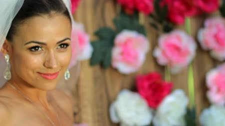 güzel : Beautiful bride against the background of a wooden wall with peonies.