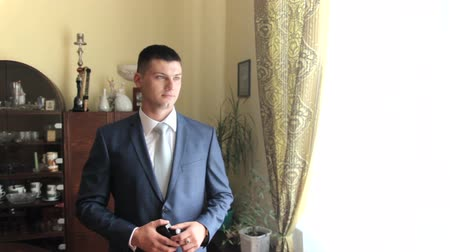 уборная : handsome man in the apartment uses cologne. wedding day Стоковые видеозаписи
