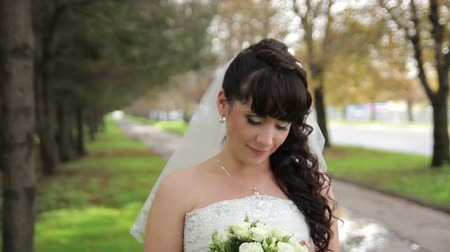 piwonie : Beautiful bride with a wedding bouquet