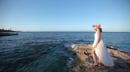 aristocrático : beautiful girl admires the sea. The concept of an excellent holiday in Greece. Vídeos