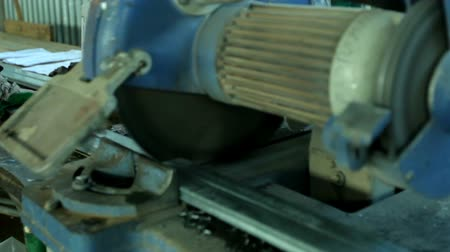 размеры : Worker Cutting PVC Profile with Circular Saw. PVC windows and doors manufacturing.