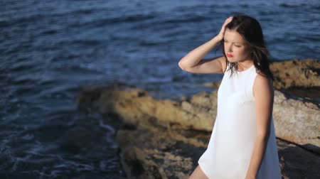 hayran olmak : girl is standing on the seashore. Stok Video