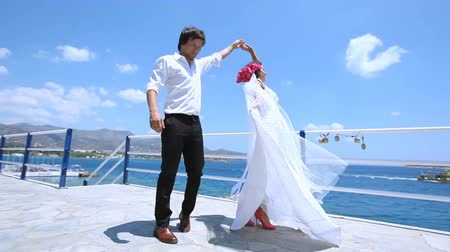 mermer : wedding dance. newlyweds are dancing on the waterfront. Stok Video