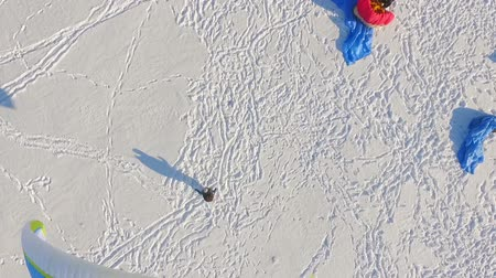 重力 : Paragliding extreme sports on a frozen lake in sunny weather. aerial view