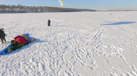 szybowiec : aerial view. Competitionspilots of the paraglider on a frozen lake near the city park. Winter sports. Winter fun