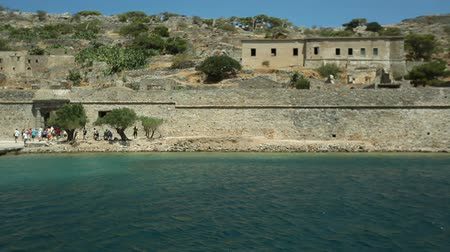 bástya : People go on an excursion to the fortress on the island of Spinalonga.