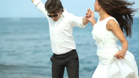 oturum : Groom with the bride jumping with joy on the shore