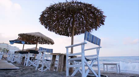 napágy : Morning on a tropical beach, Sandy beach with sun lumbrellas and chairs on the background of the sea