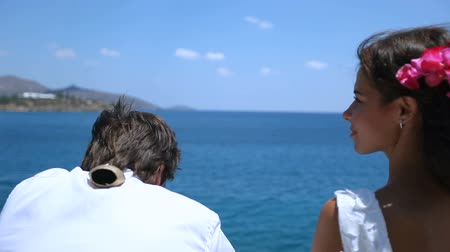 oddanost : Newlyweds against the background of the sea and sky close-up Dostupné videozáznamy