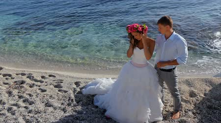 blond vlasy : Bride and groom by the sea on their wedding day